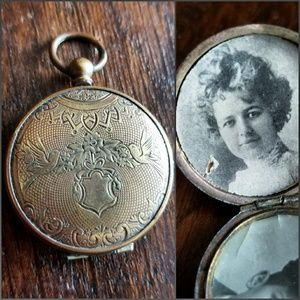 Antique 1800s love birds locket with photos